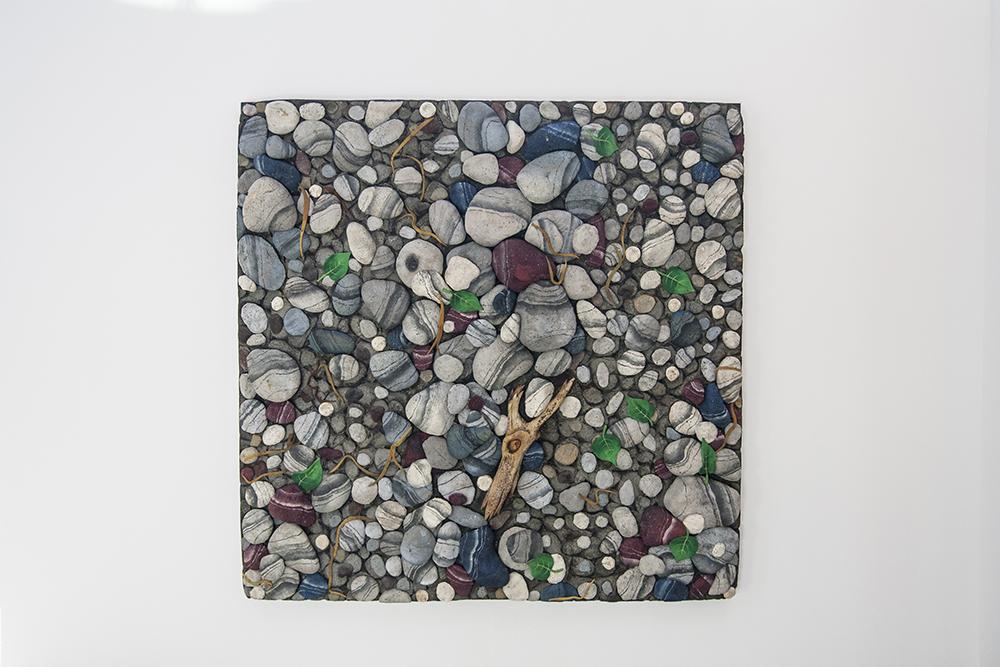 Fotografia del tappeto natura di Gilardi appeso al muro