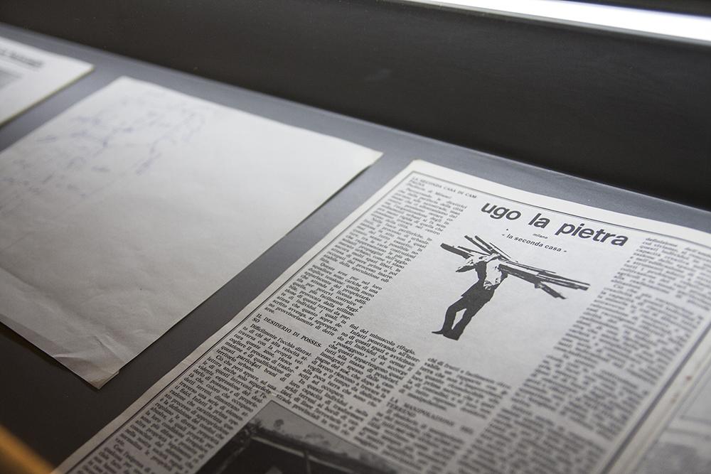 Fotografia della vetrina che mette in esposizione la documentazione degli artisti