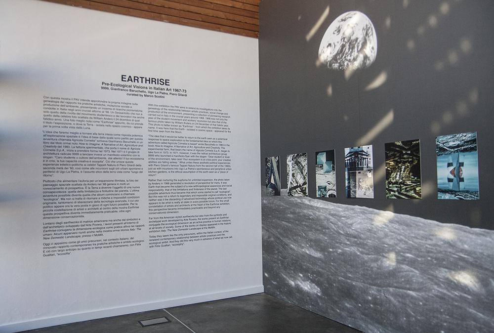 Fotografia che propone l'ingresso del museo con testo e fotografia della luna
