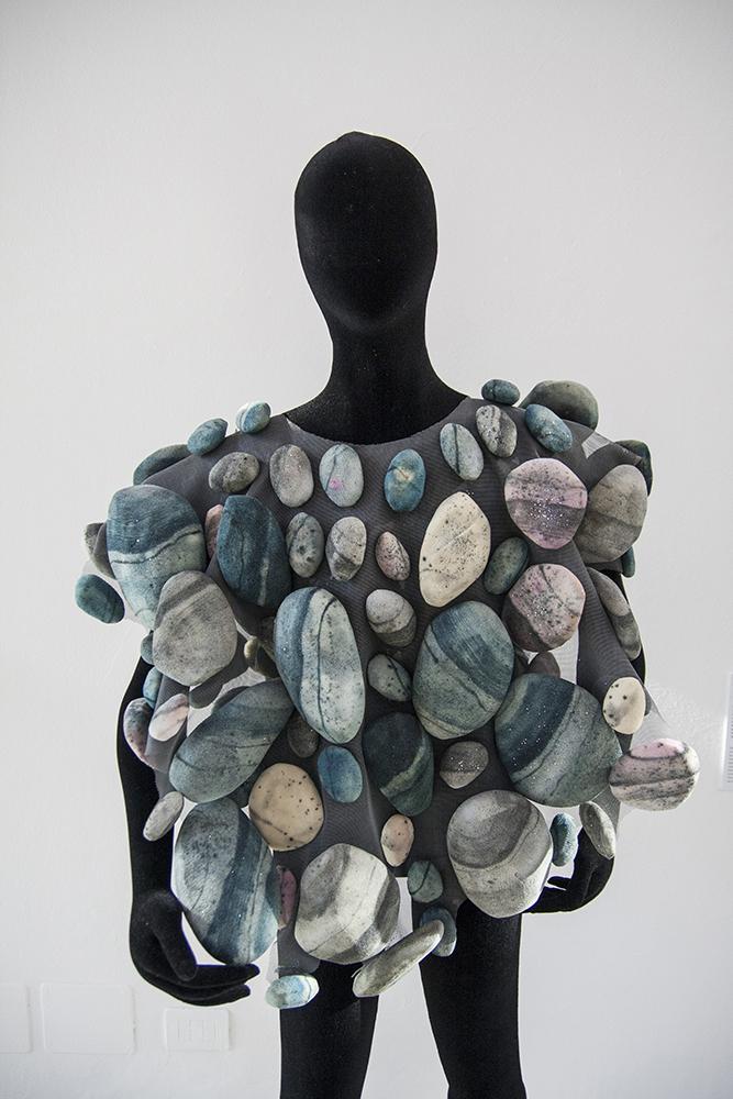Fotografia di un manichino che indossa il vestito di sassi