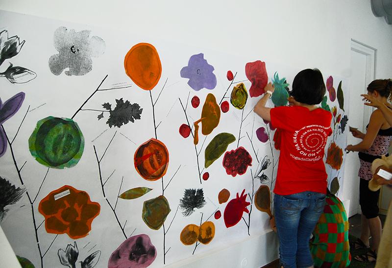 Immagine di laboratorio, creazione di un disegno collettivo a muro