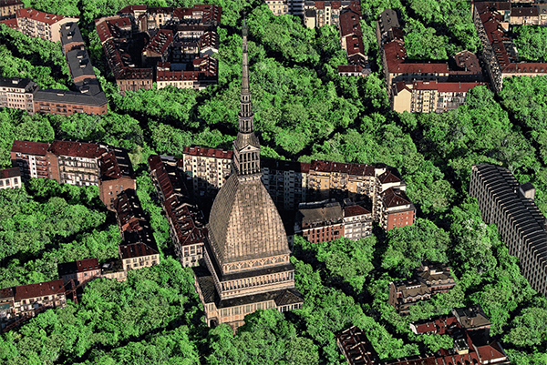 Veduta dall'alto della città di Torino con la Mole Antonelliana, completamente invasa dal verde