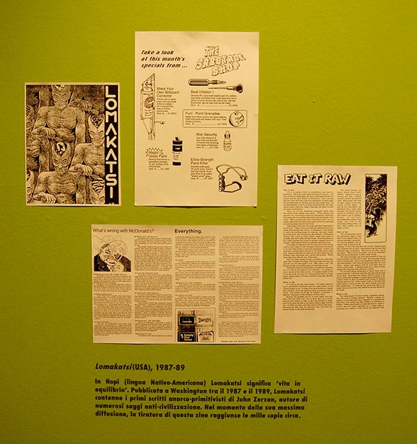 dettaglio di alcuni ritagli di giornale appesi a muro