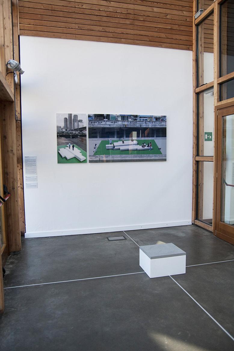 Immagine di due fotografie stampate su plexiglass all'ingresso della mostra e del PAV