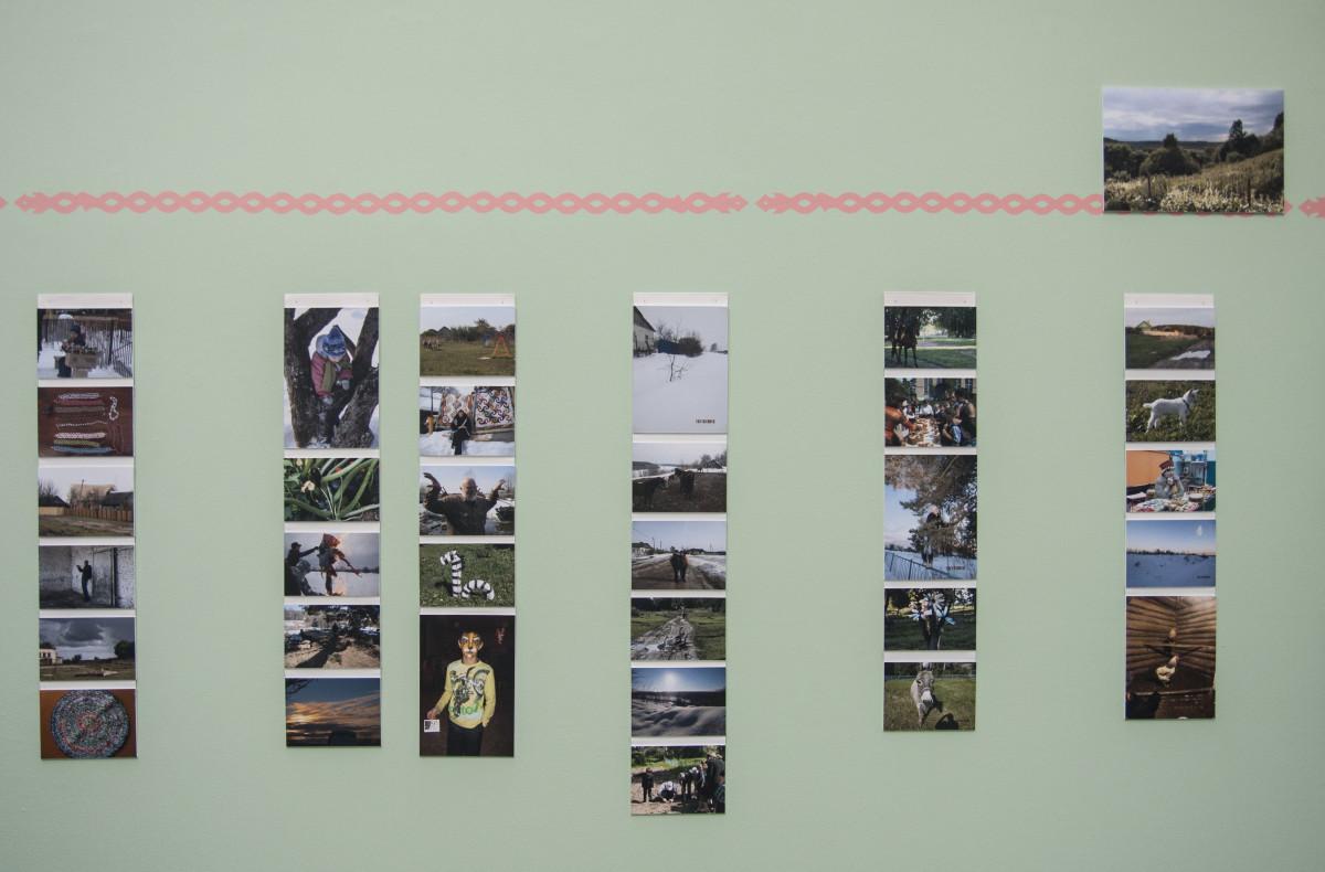 veduta dell'installazione di Myvillages, Made in Zvizzchi, nel dettaglio cartoline