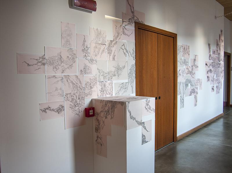 Installazione di fogli di carta millimetrata a parete