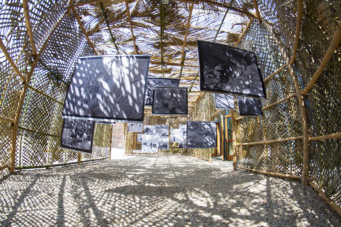 Immagine dell'interno dell'installazione con fotografie in bianco e nero appese