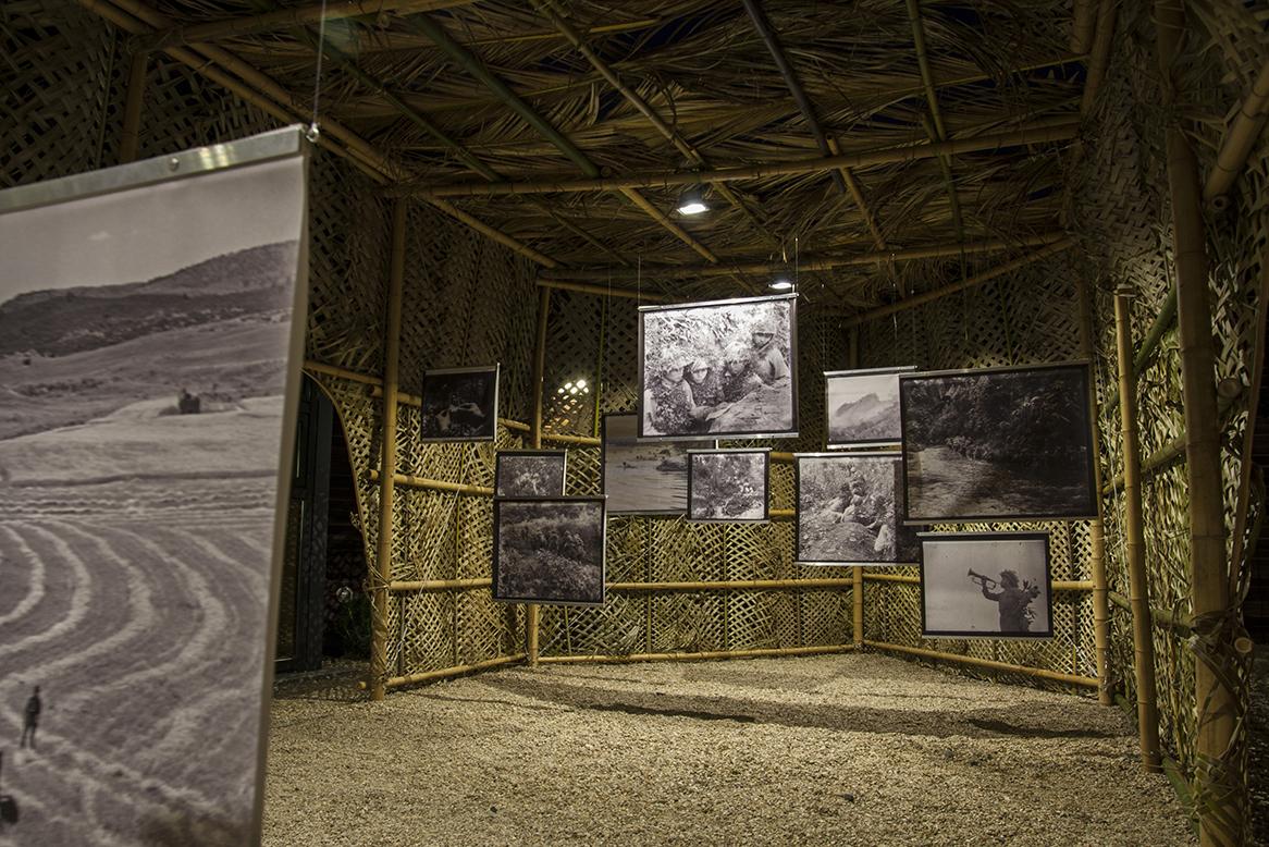 Immagine notturna dell'interno dell'installazione con fotografie in bianco e nero appese